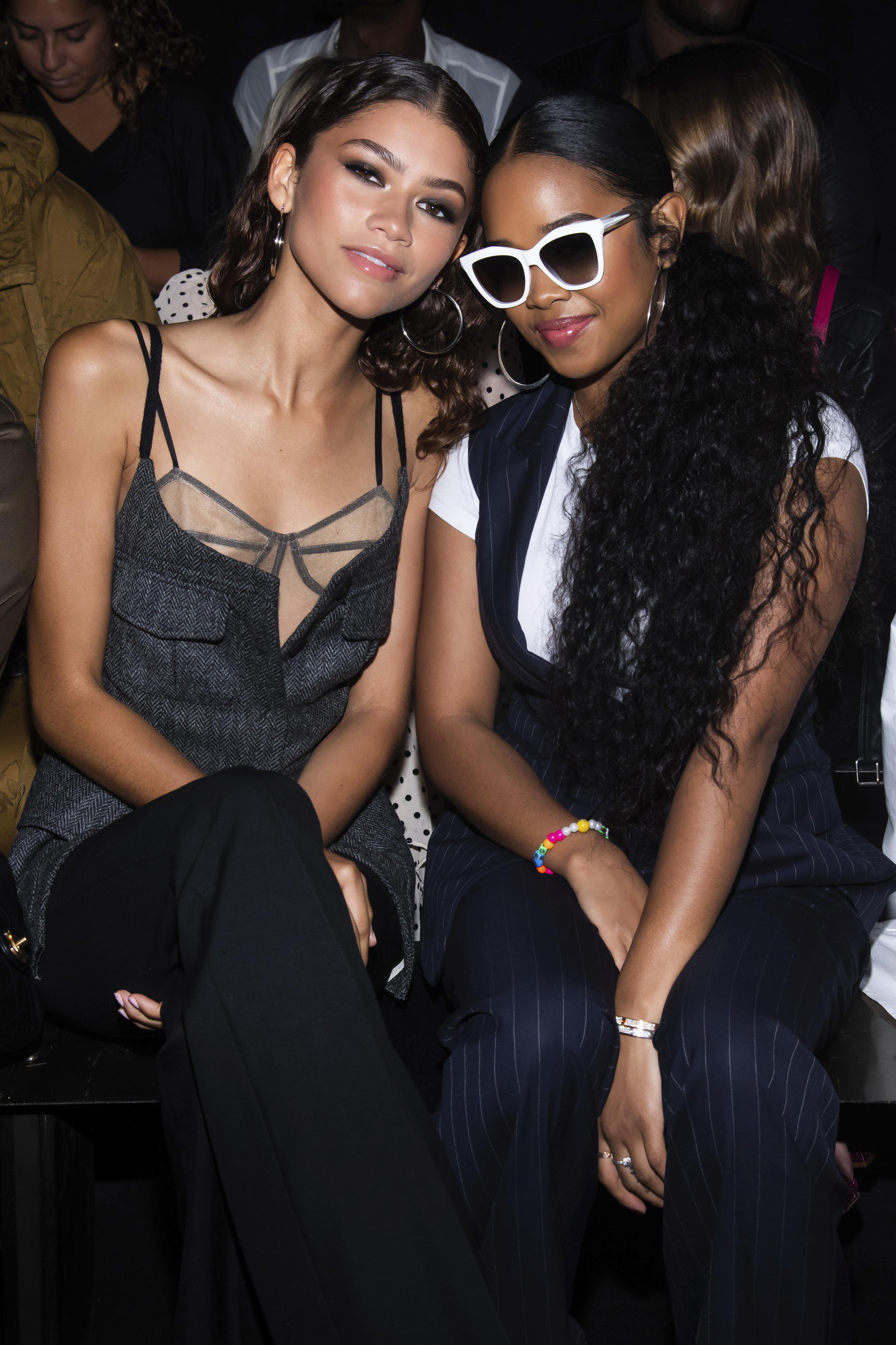 Zendaya y la cantante H.E.R tuvieron tiempo de saludarse antes del desfile (AP)