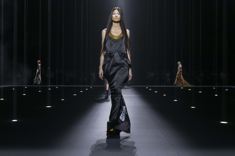 Vera Wang llevó a la pasarela una gran cantidad de faldas largas. (AP)