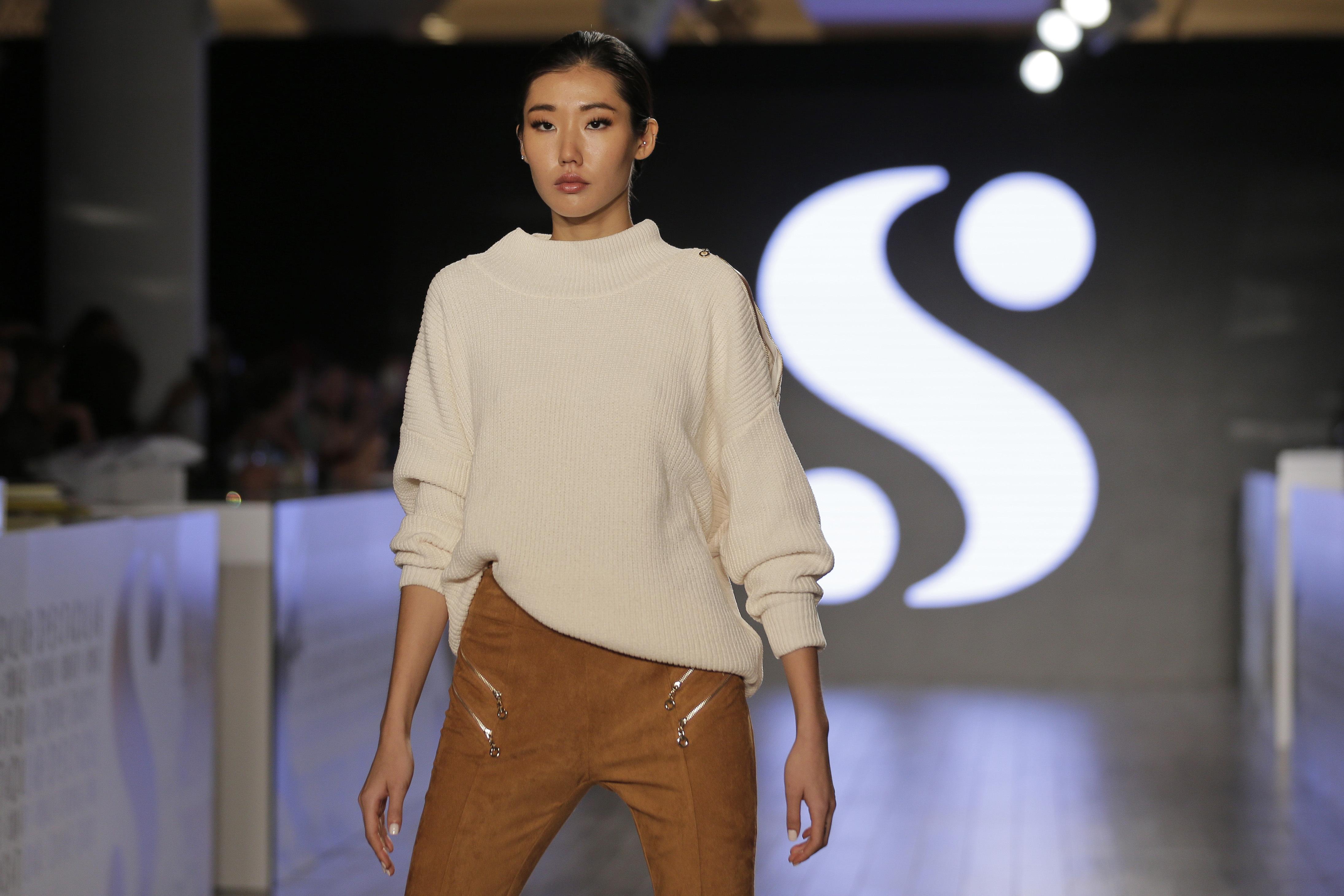 """Conjunto de suéter """"beige"""" y pantalón en """"suede"""". (AP)"""
