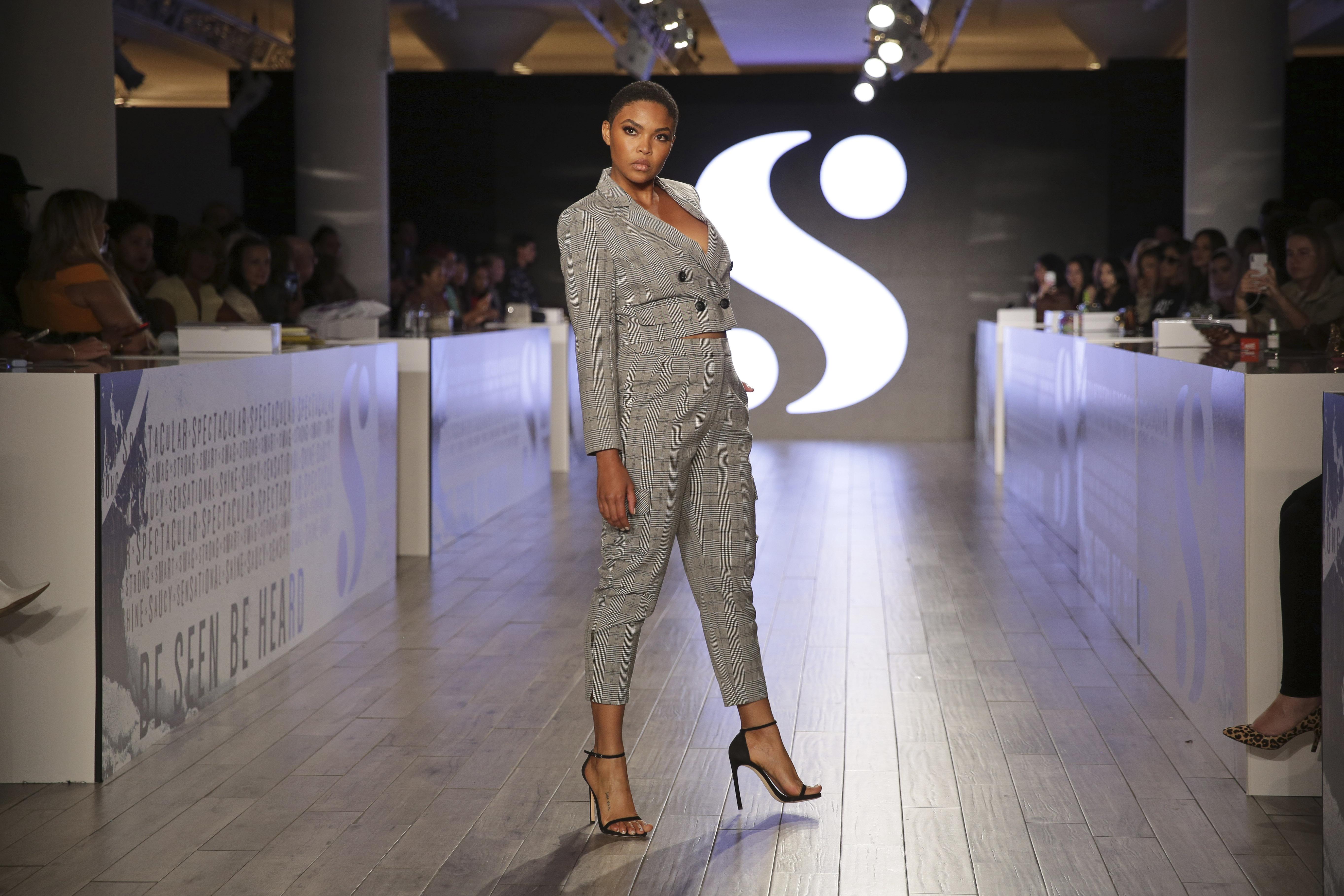 El conjunto de chaqueta y pantalón también formó parte de las tendencias presentadas por la línea S by Serena Williams. (AP)