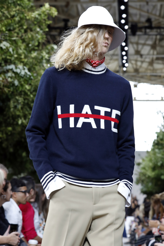 También formó parte de la colección un suéter de clara referencia a la actualidad política en el que la palabra HATE (odio) estaba tachada con una línea. (AP)
