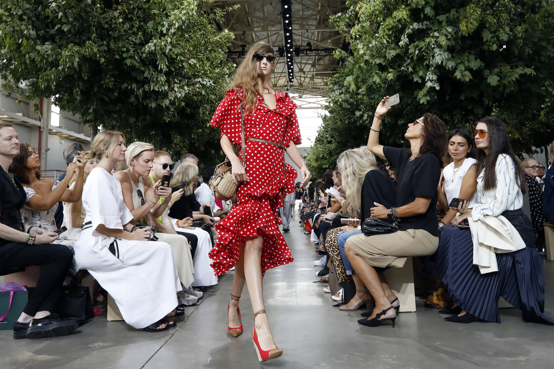 Los volantes en los vestidos también serán tendencias en la primavera 2020. (AP)