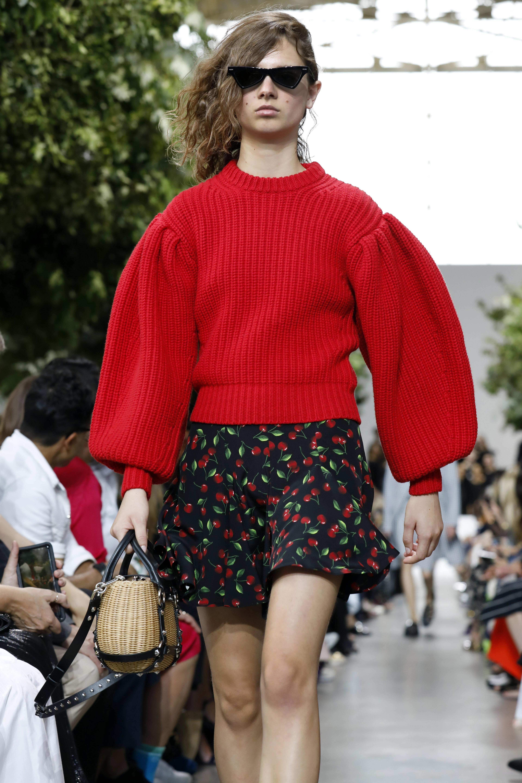 En pasarela se vieron vestidos o suéteres estampados con limones o cerezas. (AP)