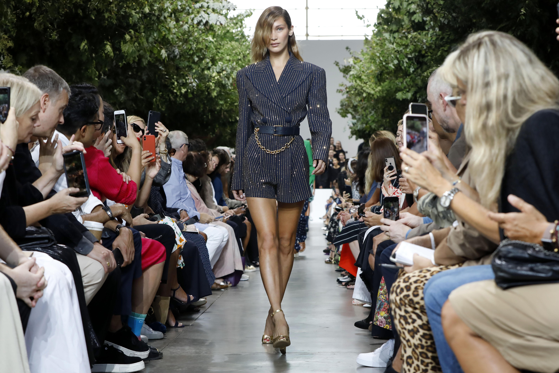 Bella Hadid modeló un minivestido tipo chaqueta. (AP)