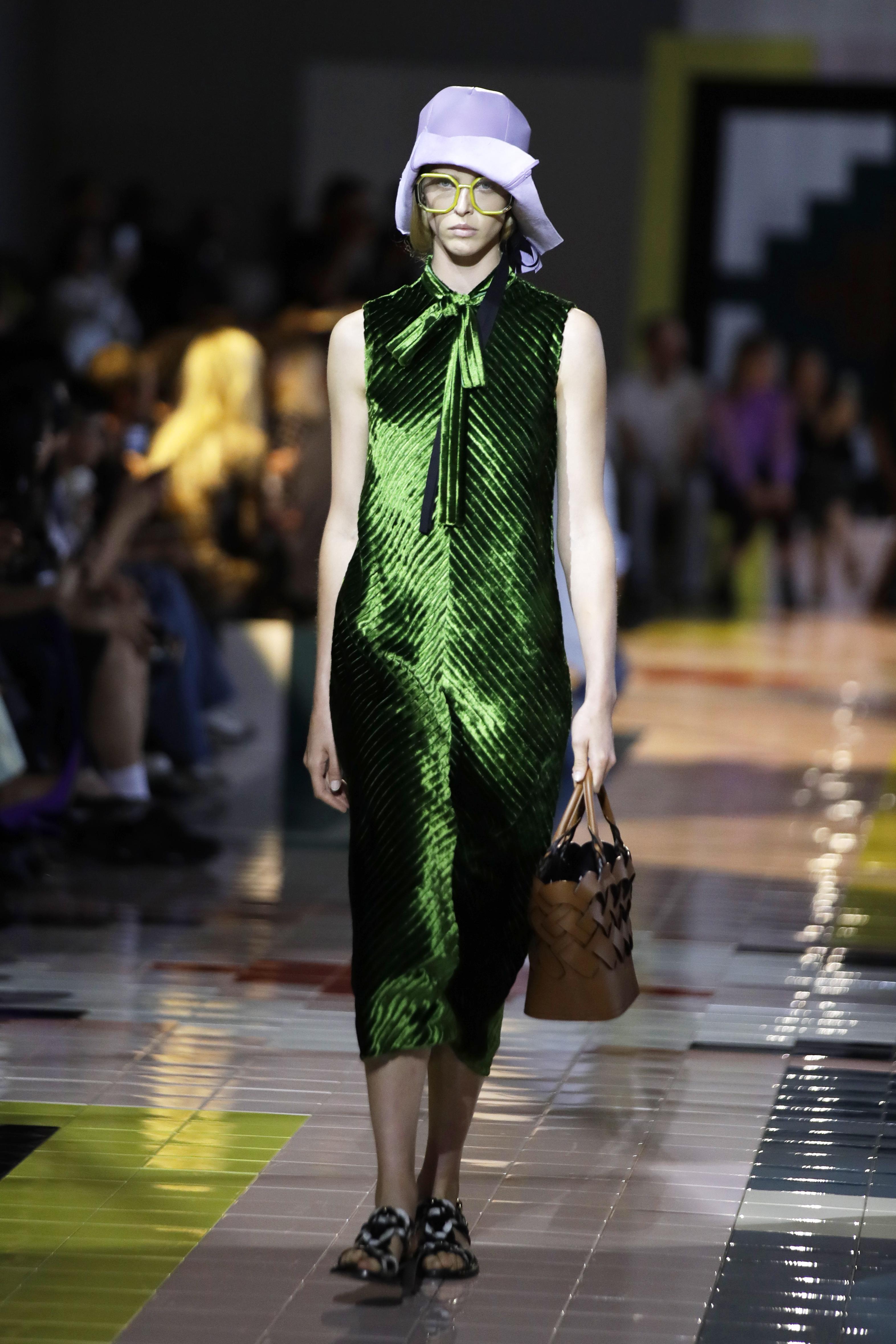La diseñadora aprovechó los tejidos para confeccionar prendas en las que ha introducido pequeños cambios, que crean un nuevo estilo. (AP)