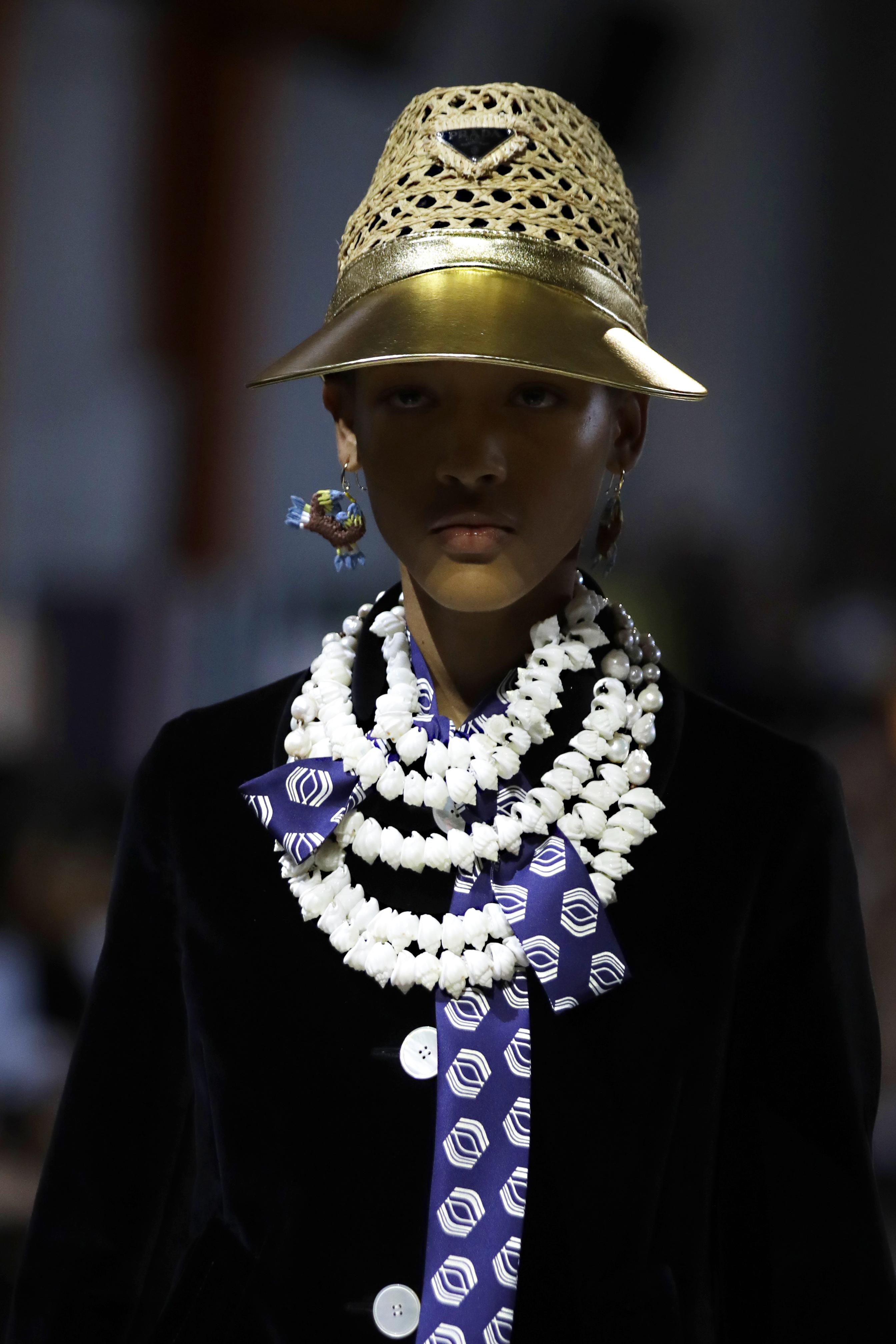Los sombreros y los collares llamativos fueron dos de los grandes complementos de esta colección. (AP)