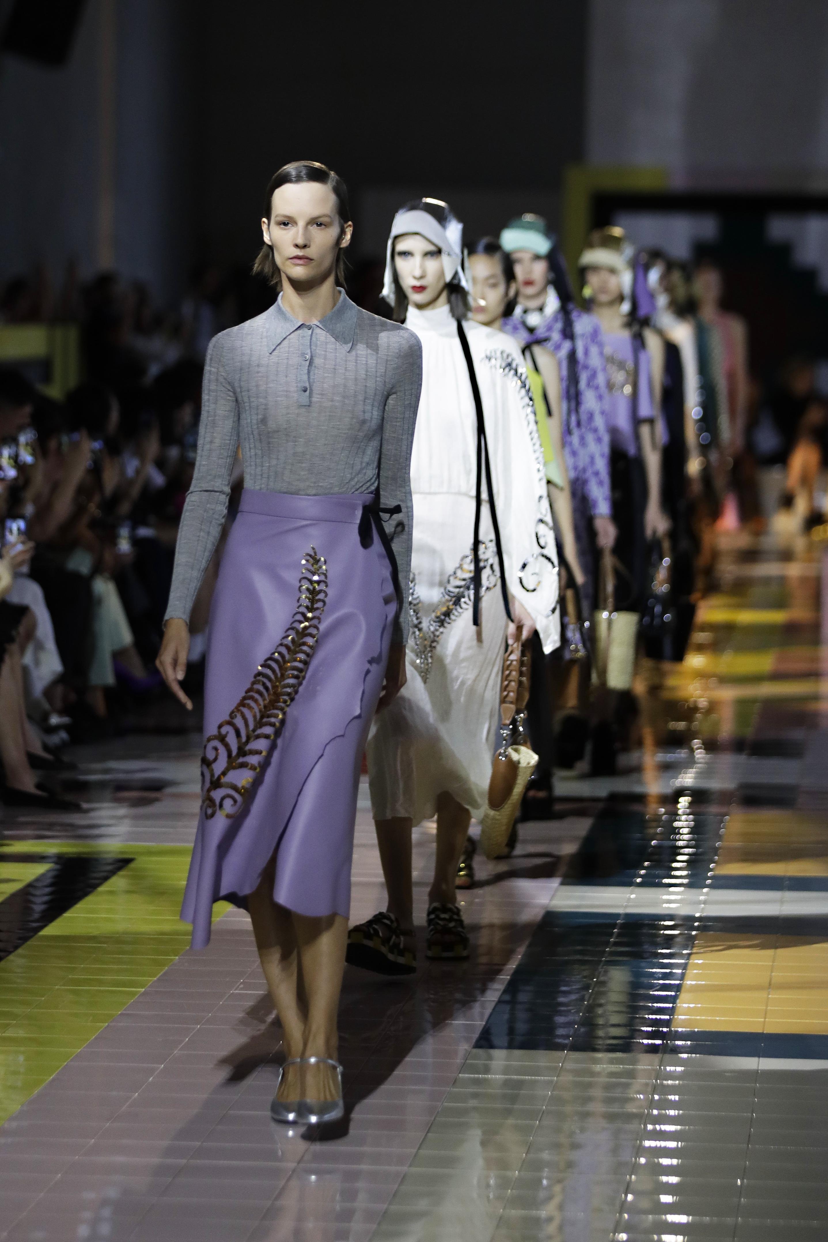 La diseñadora italiana apostó por una colección para la próxima temporada primavera-verano basada en tonos sobrios como el azul marino, el verde esmeralda, el blanco crudo o el beige, aunque también introdujo fuertes toques de color en prendas amarillo y naranja flúor. (AP)