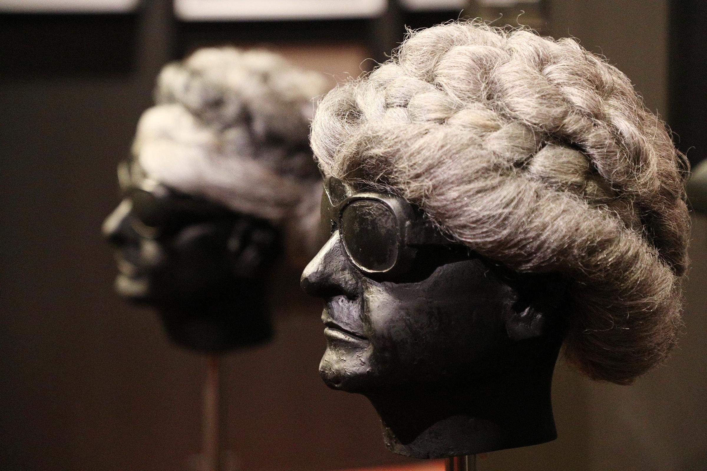 """El peinado de doña Fela fue cambiando con el paso de los años, pero desde la década de 1950 adoptó el uso de pelucas. Primero compradas en color castaño y luego algunas hechas con su cabello gris haciéndose el famoso peinado """"pompadour"""". (Foto: Juan Luis Martínez)"""
