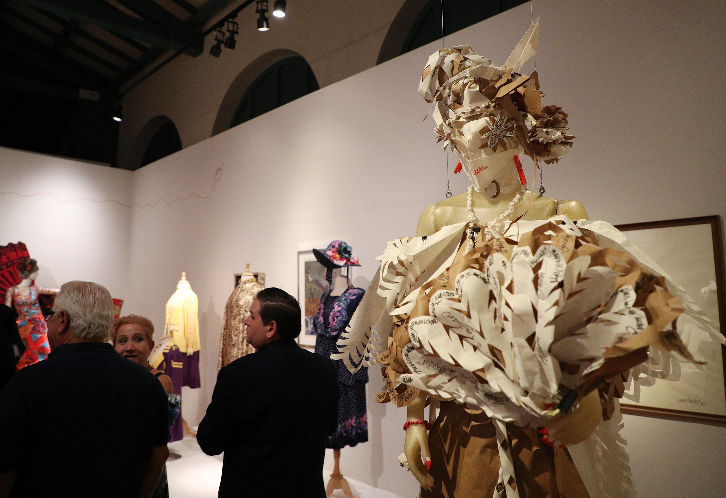 Vestido en papel confeccionado en papel por Martorell. (Foto: Juan Luis Martínez)