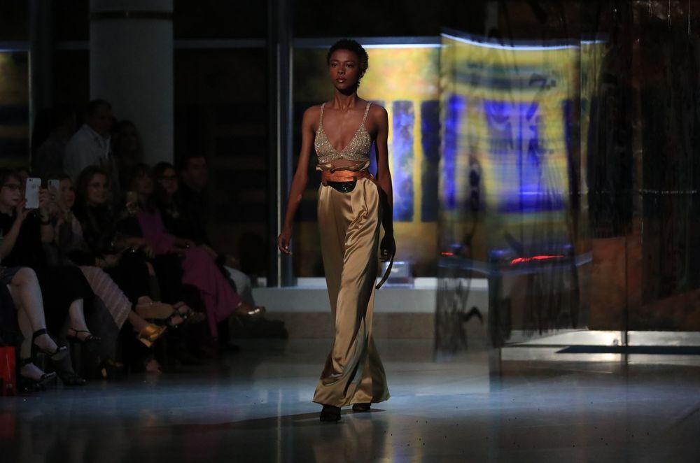 """Conjunto de pantalón en seda, """"sash"""" y top bordado en canutillos dorado mate. Foto david.villafane@gfrmedia"""