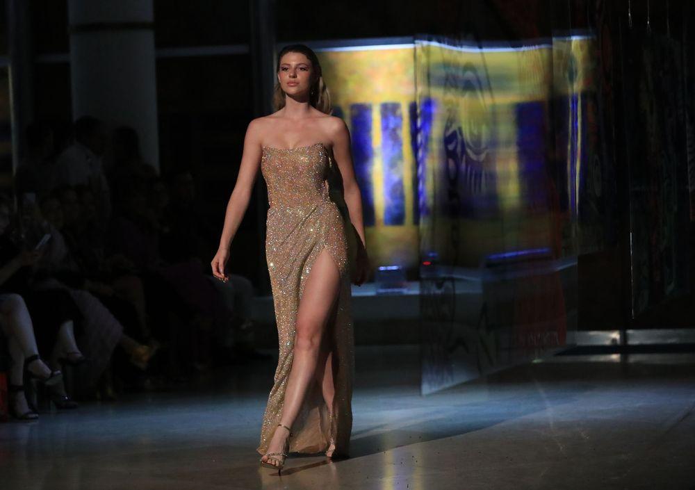 """Vestido bordado en pedrería tipo columna """"strapless""""y abertura frontal.Foto david.villafane@gfrmedia"""
