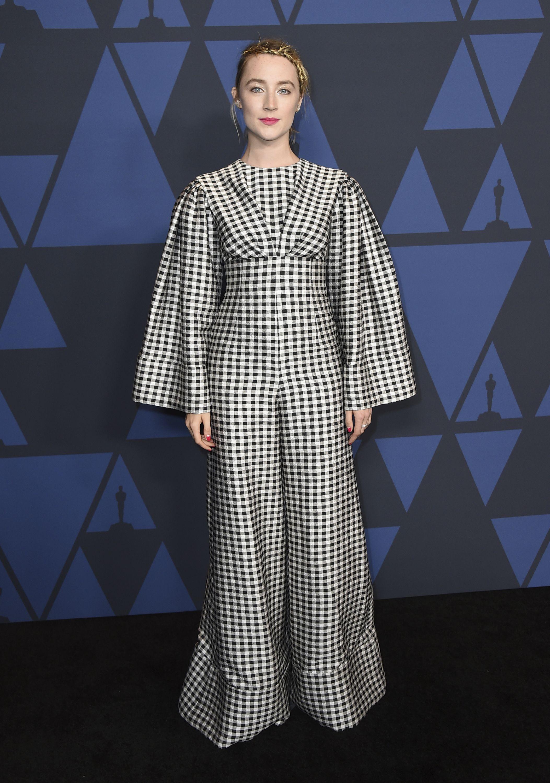 """Saoirse Ronan llevó un """"jumpsuit"""" de """"gingham"""" de Emilia Wickstead. Foto Jordan Strauss/Invision/AP"""