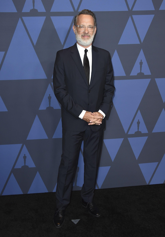 Tom Hanks lució diferente, con una abundante barba blanca. Foto Jordan Strauss/Invision/AP