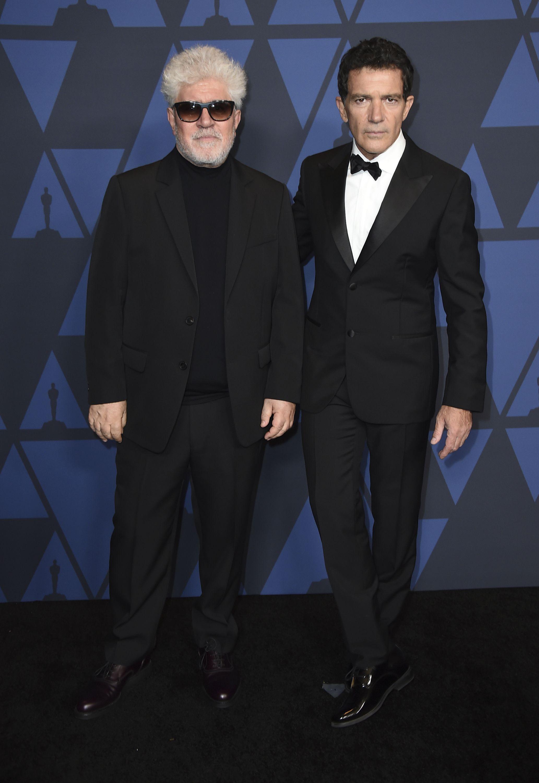 Pedro Almodovar y Antonio Banderas con un esmoquin negro, camisa blanca y lazo negro.. Foto Jordan Strauss/Invision/AP