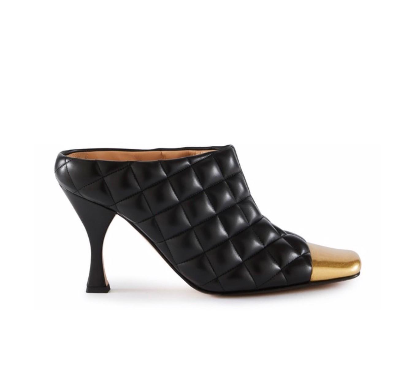"""Zapatos de punta cuadrada y piel acolchada de Bottega Veneta, es el nuevo accesorio de culto. El estilo de Daniel Lee ya se conoce como el """"Bottega effect"""", convirtiéndolo en el aparente heredero de la estética del """"antiguo Céline"""" bajo Phoebe Philo. (Suministrada)"""