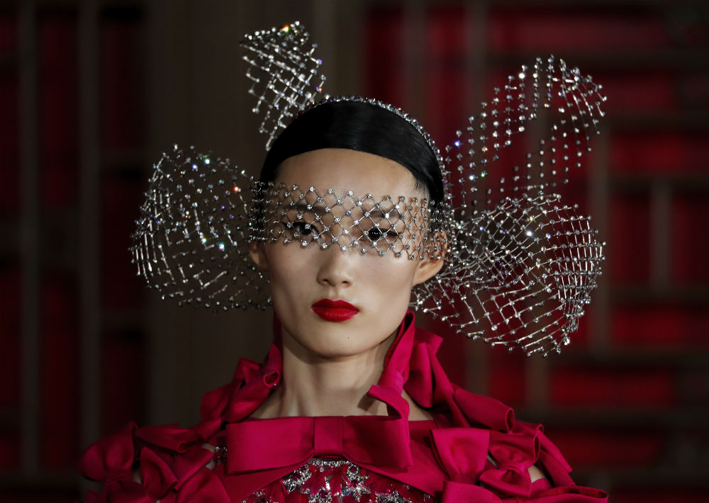 El rojo, un color muy importante para la casa de moda Valentino, estuvo muy presente en la propuesta. (AP)