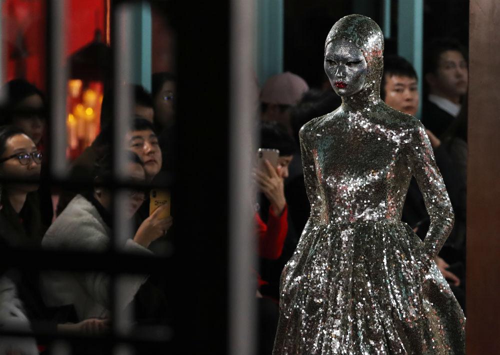 Más de 32,000 lentejuelas se utilizaron en la creación de este vestido. (AP)