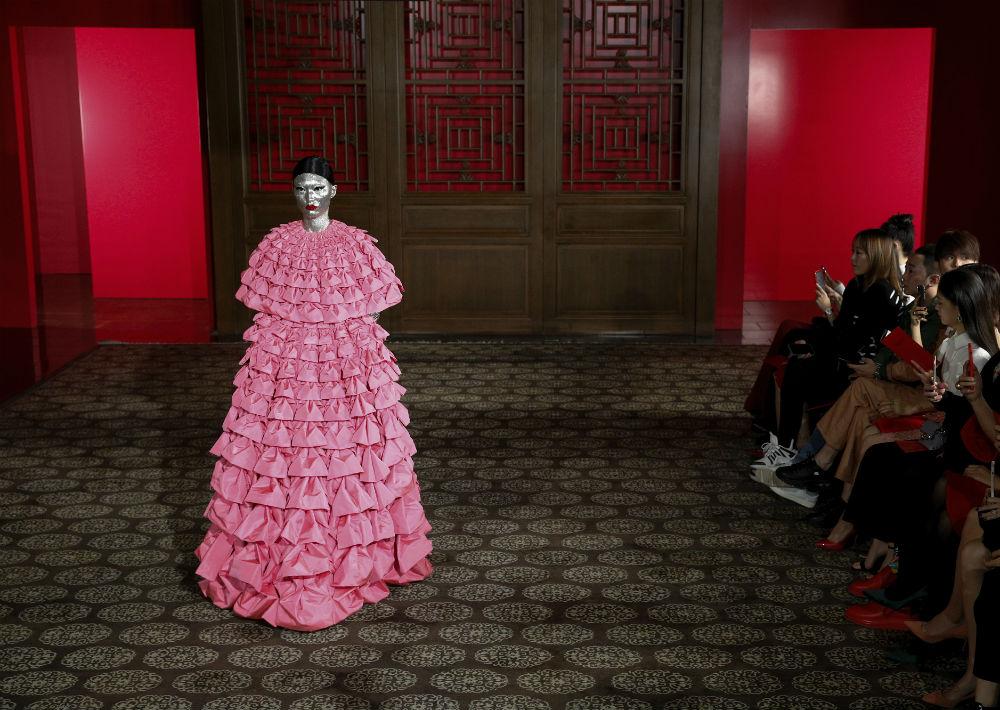 En este vestido se emplearon casi 3,000 yardas de tela y 1,300 horas de trabajo. (AP)