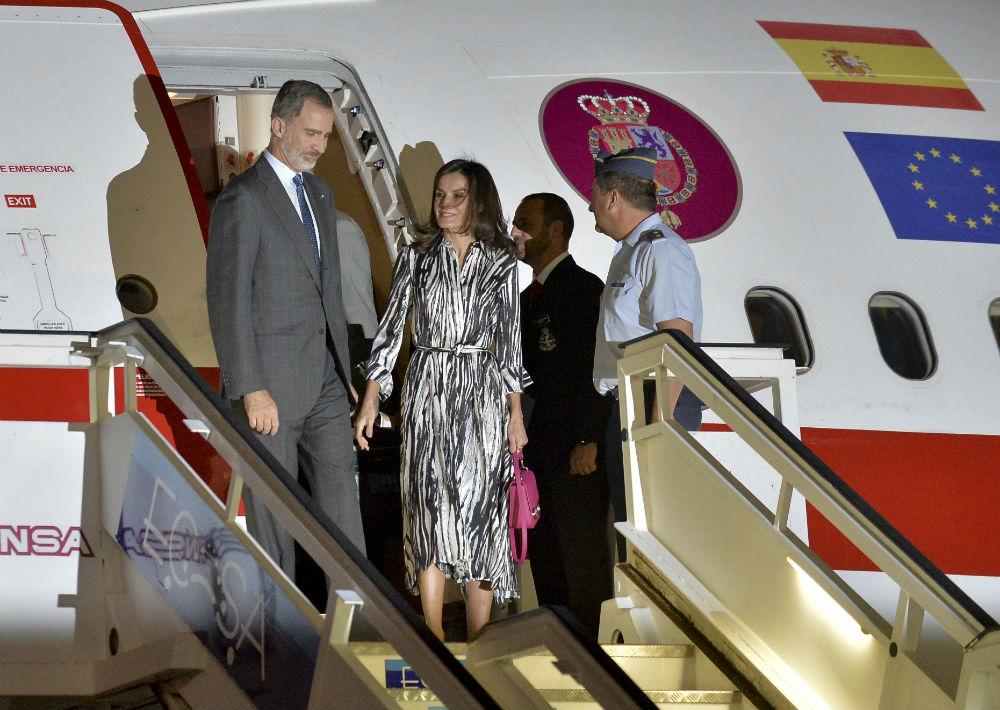 A su llegada a Cuba el lunes en la noche, llamó la atención el atuendo de la reina, un vestido camisero con estampado de cebra y cinturón de la firma Hugo Boss, combinado con zapatos en tono rosa. (AP)