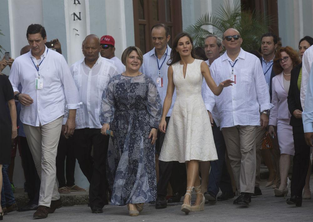 Para su caminata por La Habana Vieja junto a la primera dama cubana, Lis Cuesta Peraza, Letizia optó un vestido blanco sin mangas de la colección de primavera-verano 2016 de Carolina Herrera. Fue el mismo que ha utilizado en la 25ª edición de los galardones FEDEPE en Madrid en 2016 y en la entrega de los Premios Nacionales de la Moda en julio de 2017. (AP)