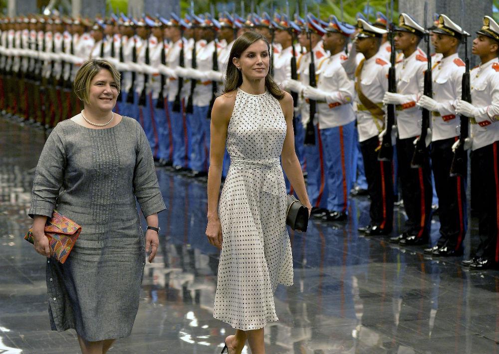 En el Palacio de la Revolución, llevó un vestido en gasa de seda blanca con lunares negros de la colección primavera-verano 2018 de CH Carolina Herrera. Un modelo que había lucido en un viaje realizado en mayo del año pasado a la República Dominicana.  (AP)