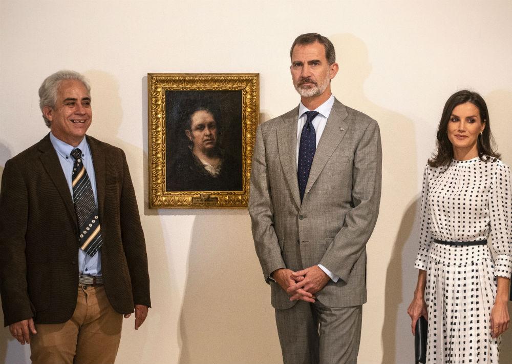 En su último día en La Habana, para su visita al Museo de Bellas Artes, Letizia optó por un vestido blanco y lunares negro con mangas largas y cinturón fino, de Massimo Dutti. (AP)