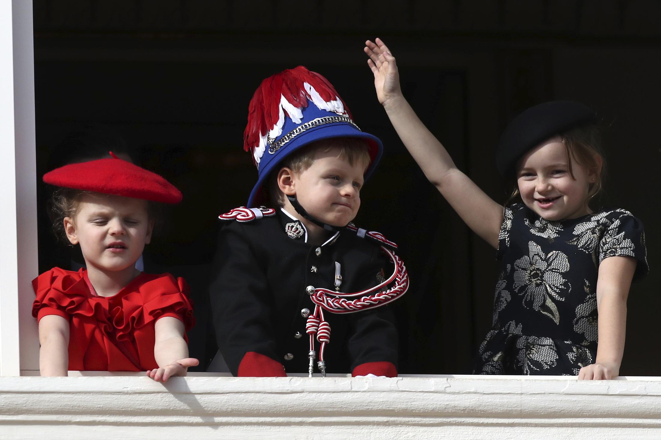 Los más pequeños disfrutaron de la festividad. En la foto, la princesa Gabriella y el príncipe Jacques, hijos del príncipe Albert, acompañados de su prima Kaia-Rose. (AP)