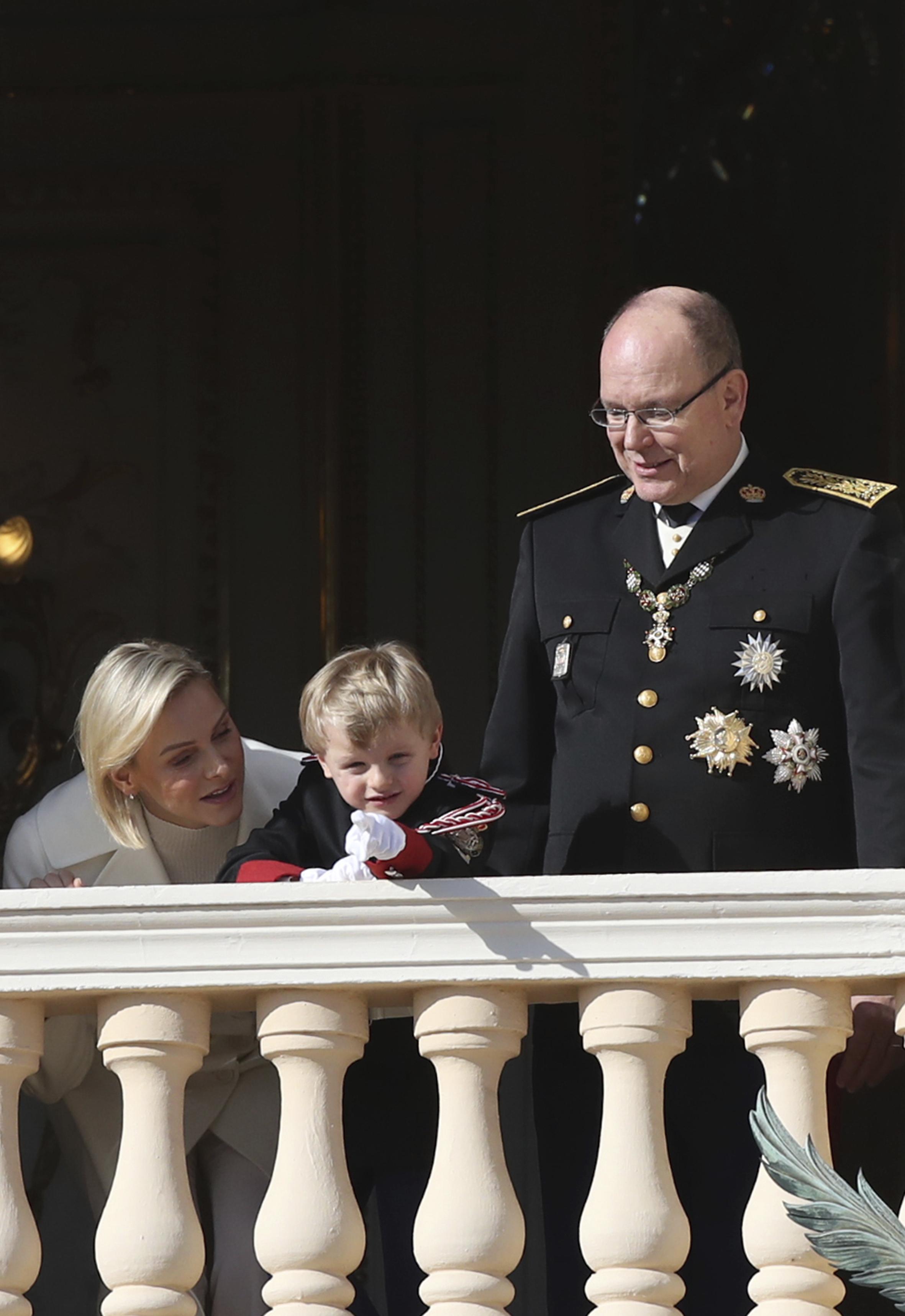 Los príncipes Charlene y Albert junto a su hijo Jacques. (AP)
