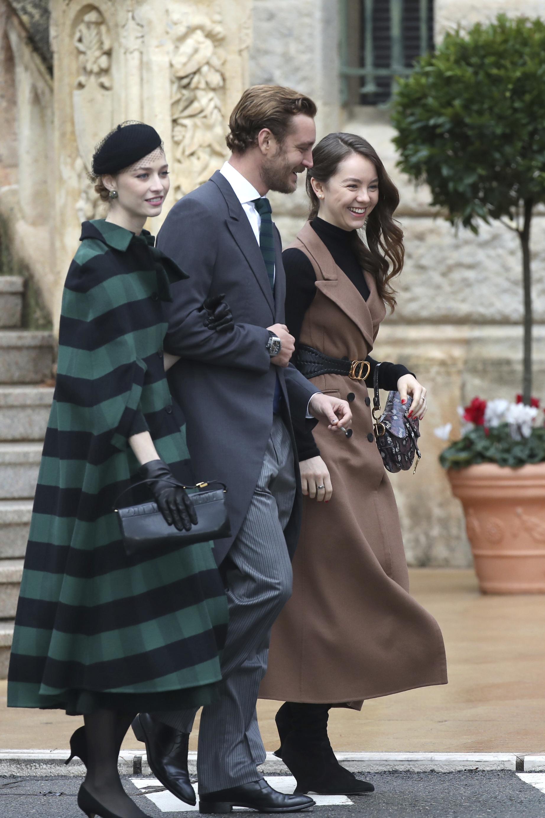 Pierre Casiraghi, hijo de Carolina, asistió junto a su esposa Beatrice Borromeo (izquierda) y su hermana, la princesa Charlotte de Hannover. (AP)