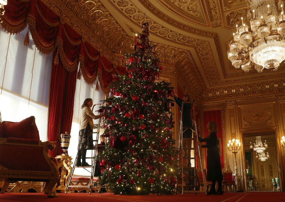 El pino colocado en el Crimson Drawing Room es de 15 pies y proviene del Windsor Great Park. (Foto: AP)