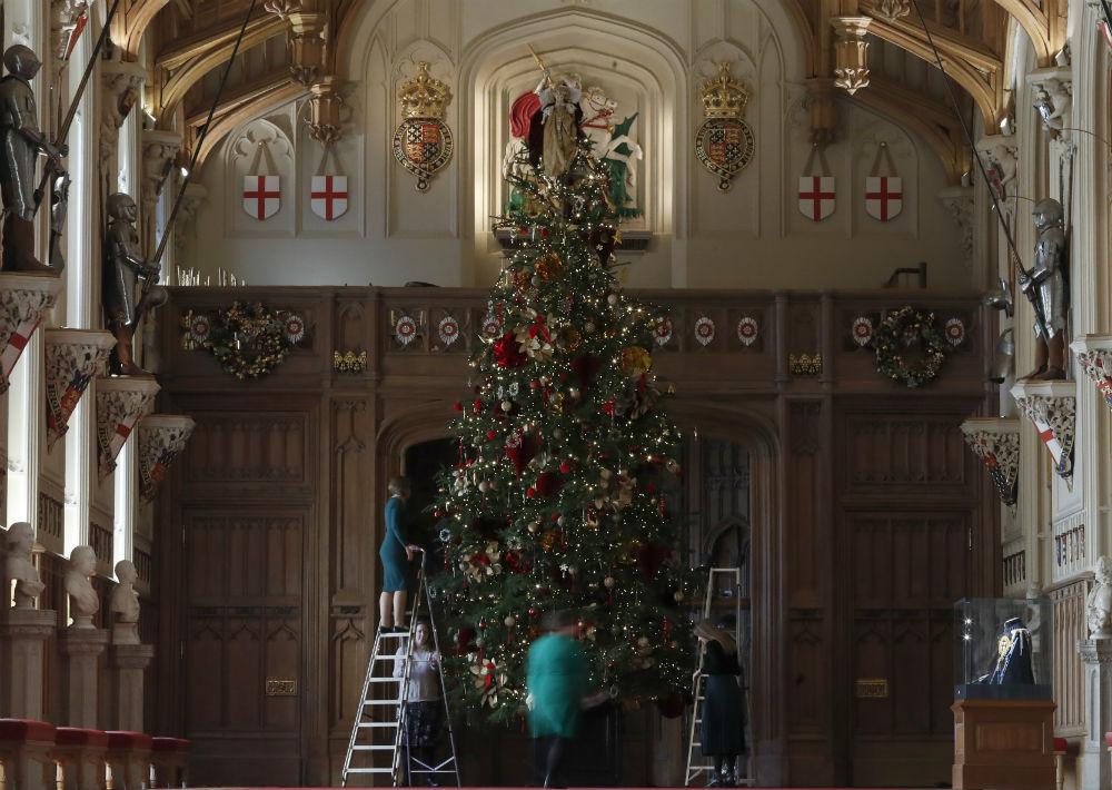 El árbol de Navidad que adorna la capilla de St. George mide 20 pies de altura. (Foto: AP)