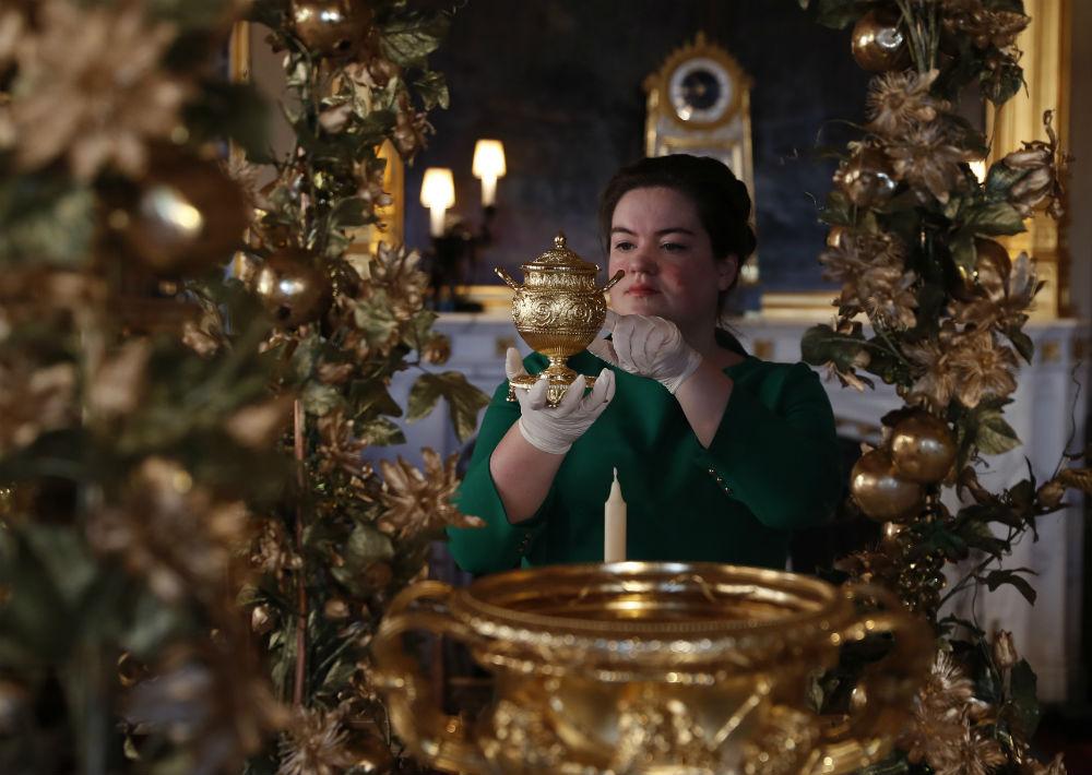 El dorado es el tono predominante en la decoración, aunque los árboles cuentan con esferas rojas y adornos en forma de corona. (Foto: AP)