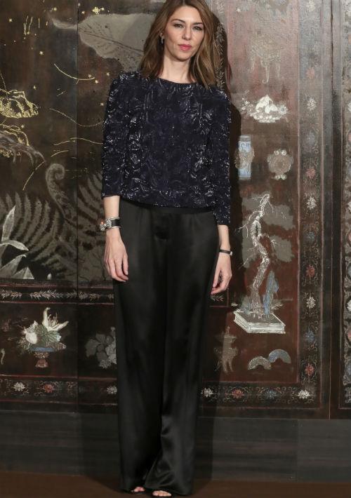 La directora americana, Sofía Coppola, vistió una blusa azul marino y pantalón negro de pierna ancha. (AP)