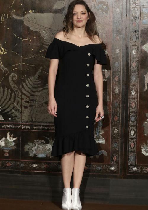 """Marion Cotillard optó por un vestido midi """"off the shoulder"""" en color negro y botines blancos. (AP)"""