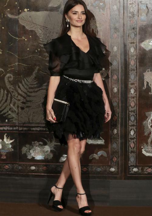 """La actriz Penélope Cruz, embajadora de la marca, se fue a la segura con un """"outfit"""" negro en el que coincidieron volantes de diversos tamaños y textiles. (AP)"""