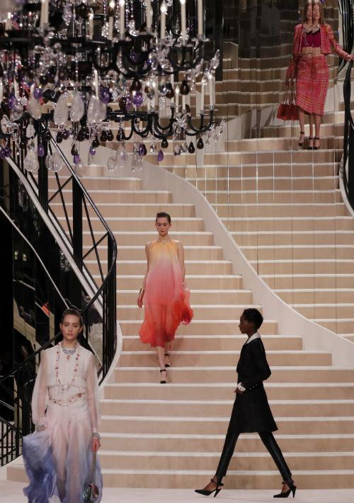 Las modelos subieron y bajaron las impresionantes escaleras que dominaron la ambientación del salón. (AP)