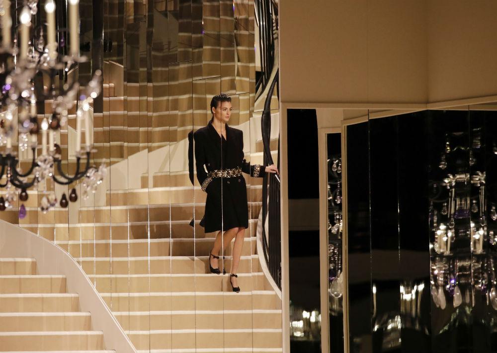 En el salón se recreó el apartamento de Coco Chanel en París, donde la modista celebró sus primeros desfiles. (AP)