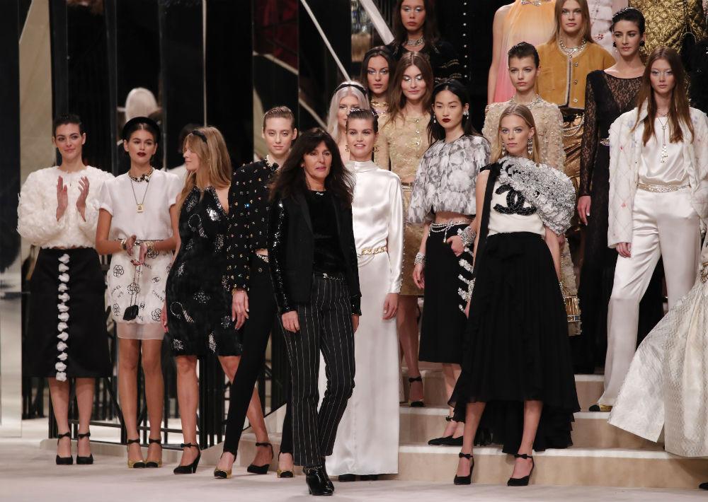 La creación de esta propuesta estuvo a cargo de Virgine Viard, sucesora de Karl Lagerfeld en la firma francesa. (AP)