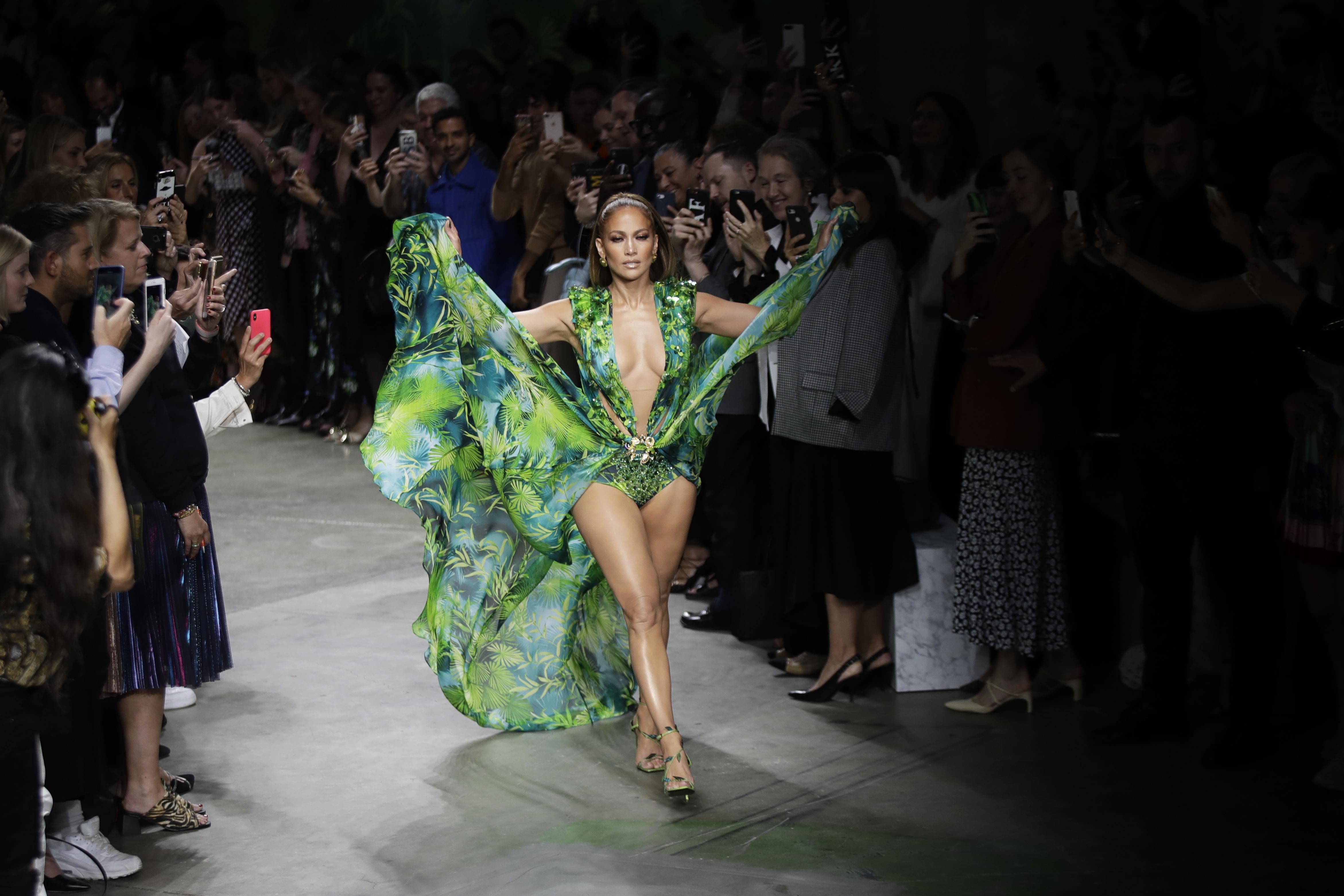 Jennifer López sorprendió al repetir el icónico vestido verde de Versace con lució en los Grammy de 2000, no sólo porque se veía igual de espectacular con una versión incluso más reveladora, sino porque nos hizo cobrar consciencia de los 20 años que transcurrieron desde esa primera ocasión en que se robó la mirada de todos. (AP)