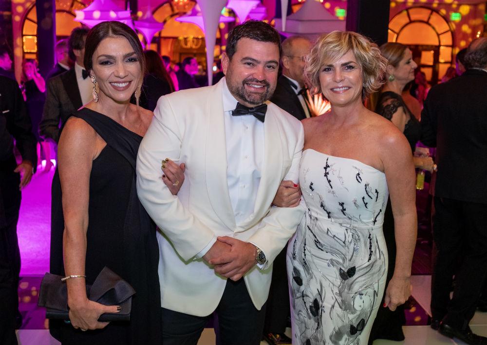 Yamila y Miguel Mendoza junto a María Luisa Ferré Rangel. (Ricky Reyes)