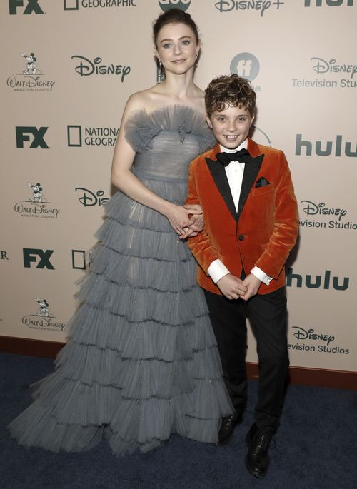 Thomasin McKenzie y Roman Griffin Davis en la fiesta de FX y Disney. (Photo by Mark Von Holden/Invision/AP)