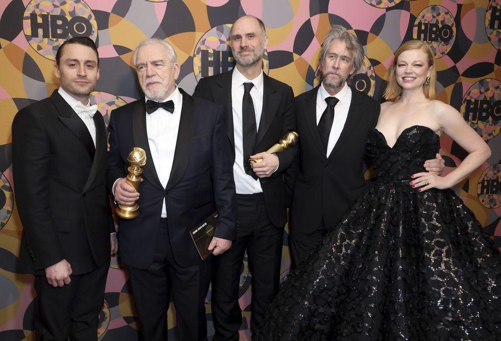 Desde la izquierda, Kieran Culkin, Brian Cox, Jesse Armstrong, Alan Ruck, y Sarah Snook en la fiesta de HBO Golden Globes en el Beverly Hilton Hotel. (Willy Sanjuan/Invision/AP)