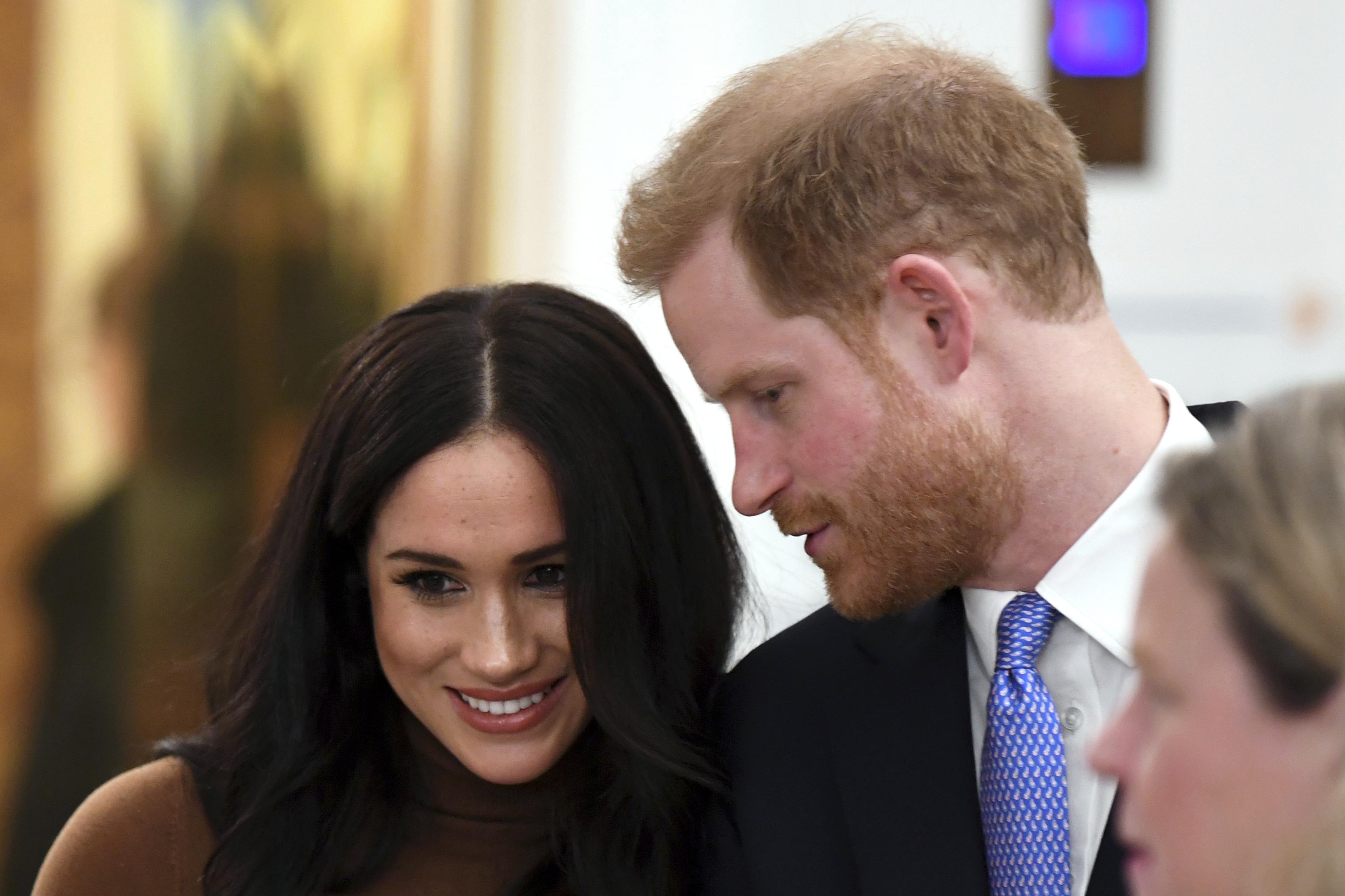 """Seis meses después de su boda, Meghan se había convertido en blanco de críticas, por parte de duros tabloides británicos, por tener un carácter """"demasiado fuerte"""" y """"evadir los estándares de vestir de la corona británica"""". Se dijo que su actitud había ocasionado la renuncia de algunos fieles empleados de palacio. (Archivo)"""