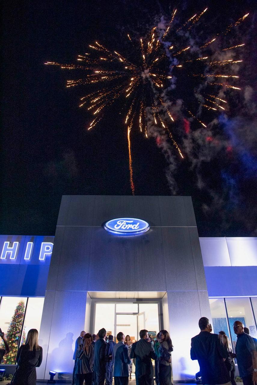 Entre zanqueros, efectos de luces y fuegos artificiales, Flagship Ford fue inaugurado. (Foto: Suministrada)
