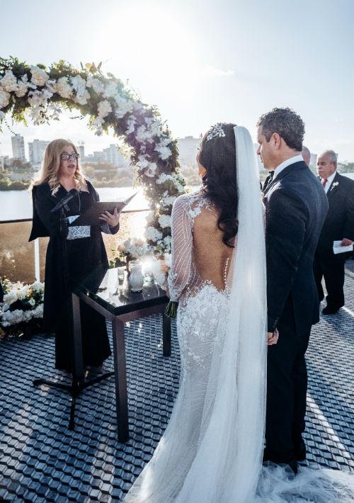 La presentadora de televisión unió su vida al publicista Roberto González en una ceremonia celebrada durante una tarde soleada. (Emilio León Photography)