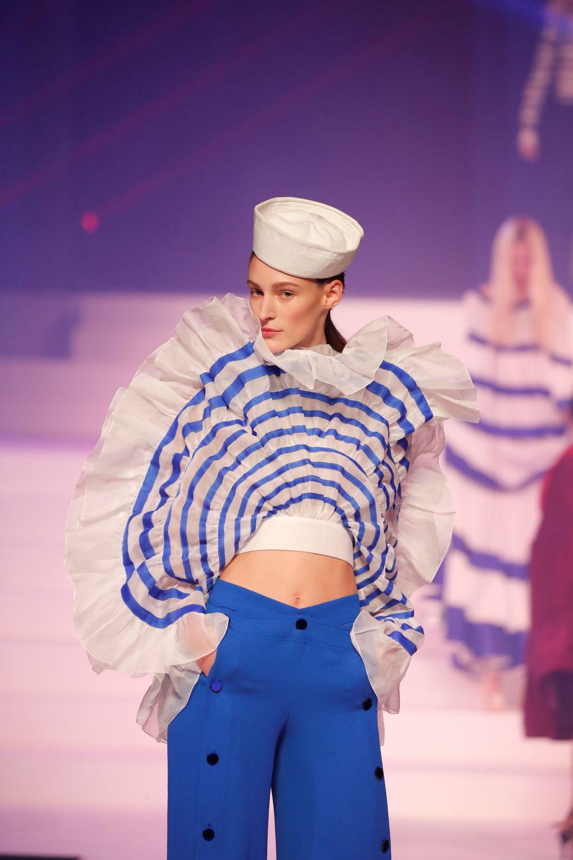 También hubo elementos de países que han inspirado al modisto, como España, Grecia y su natal Francia.  (AP)