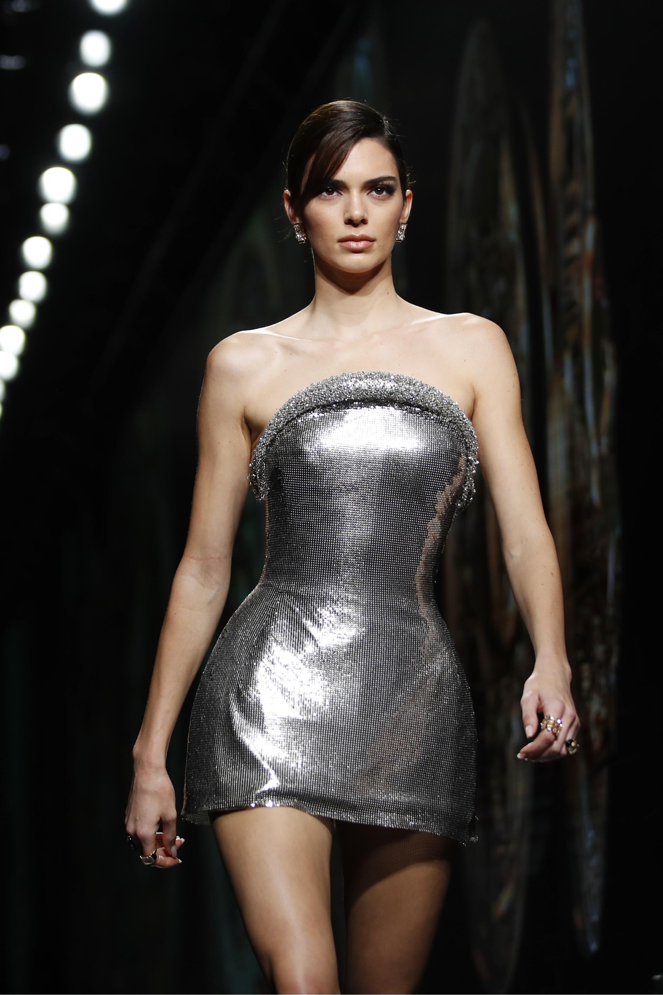 Kendall Jenner modeló un ajustado vestido plateado. (AP)