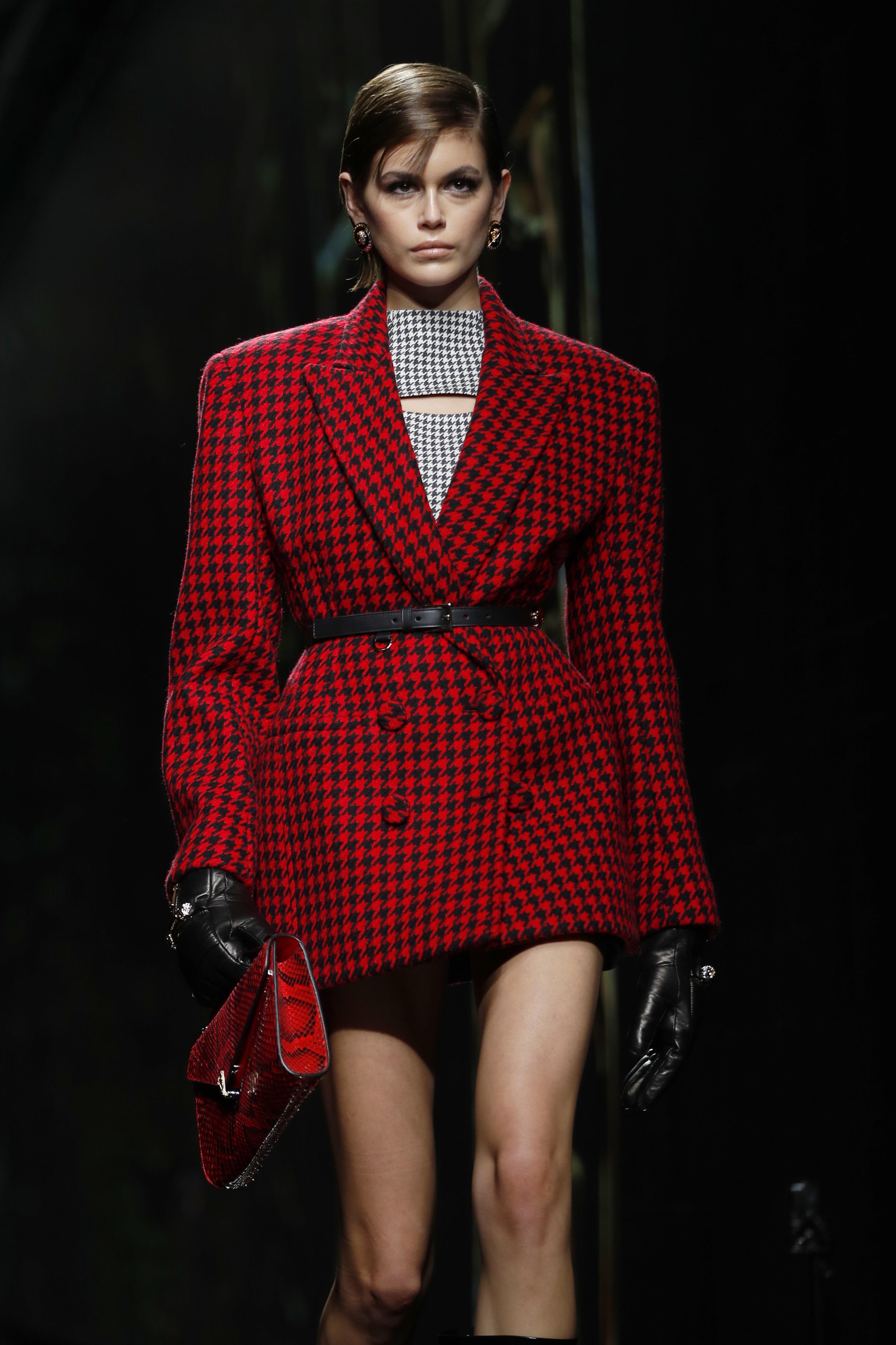 Kaia Gerber también participó en esta ocasión para la firma Versace. (AP)