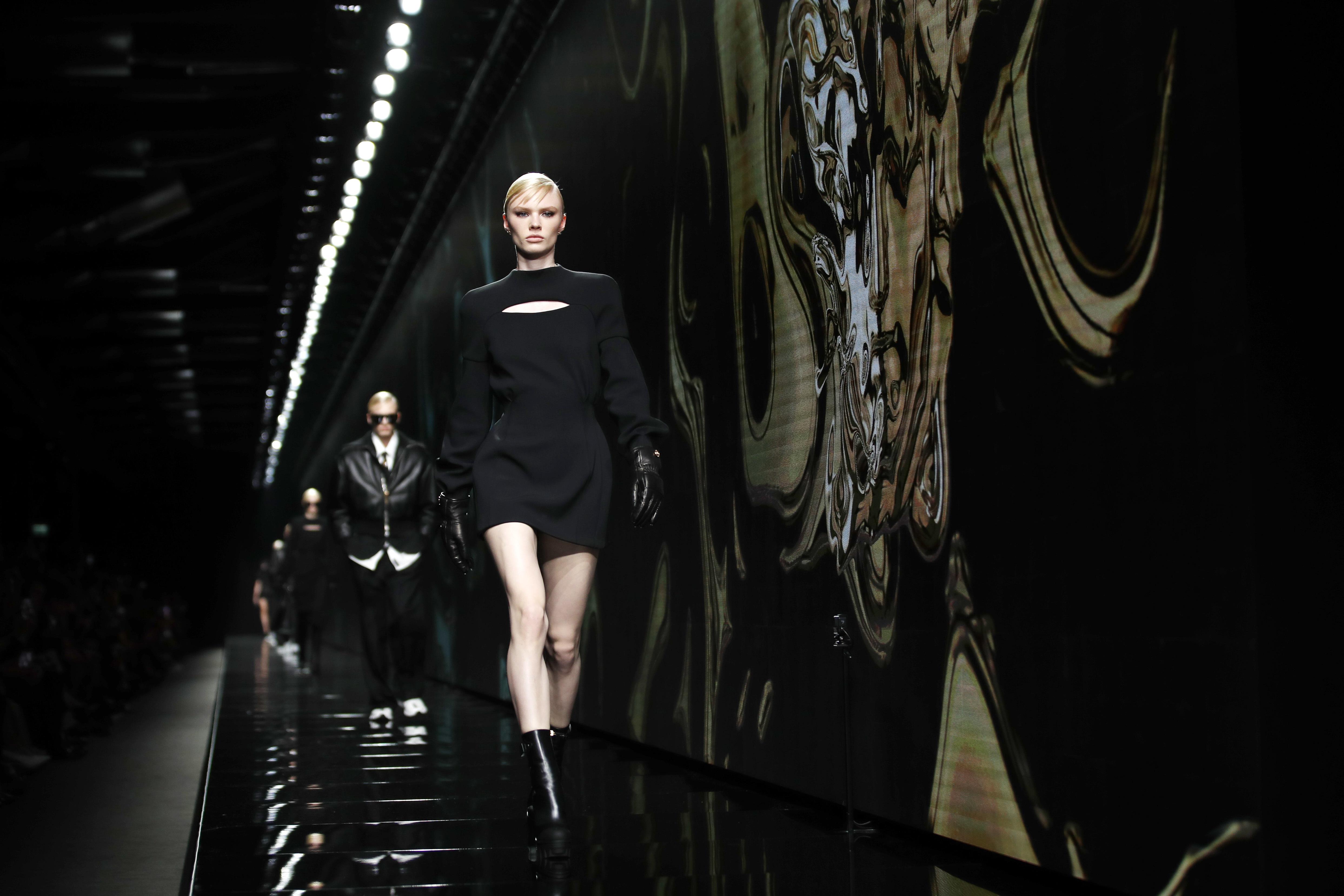 Donatella Versace apostó al negro en esta propuesta. (AP)