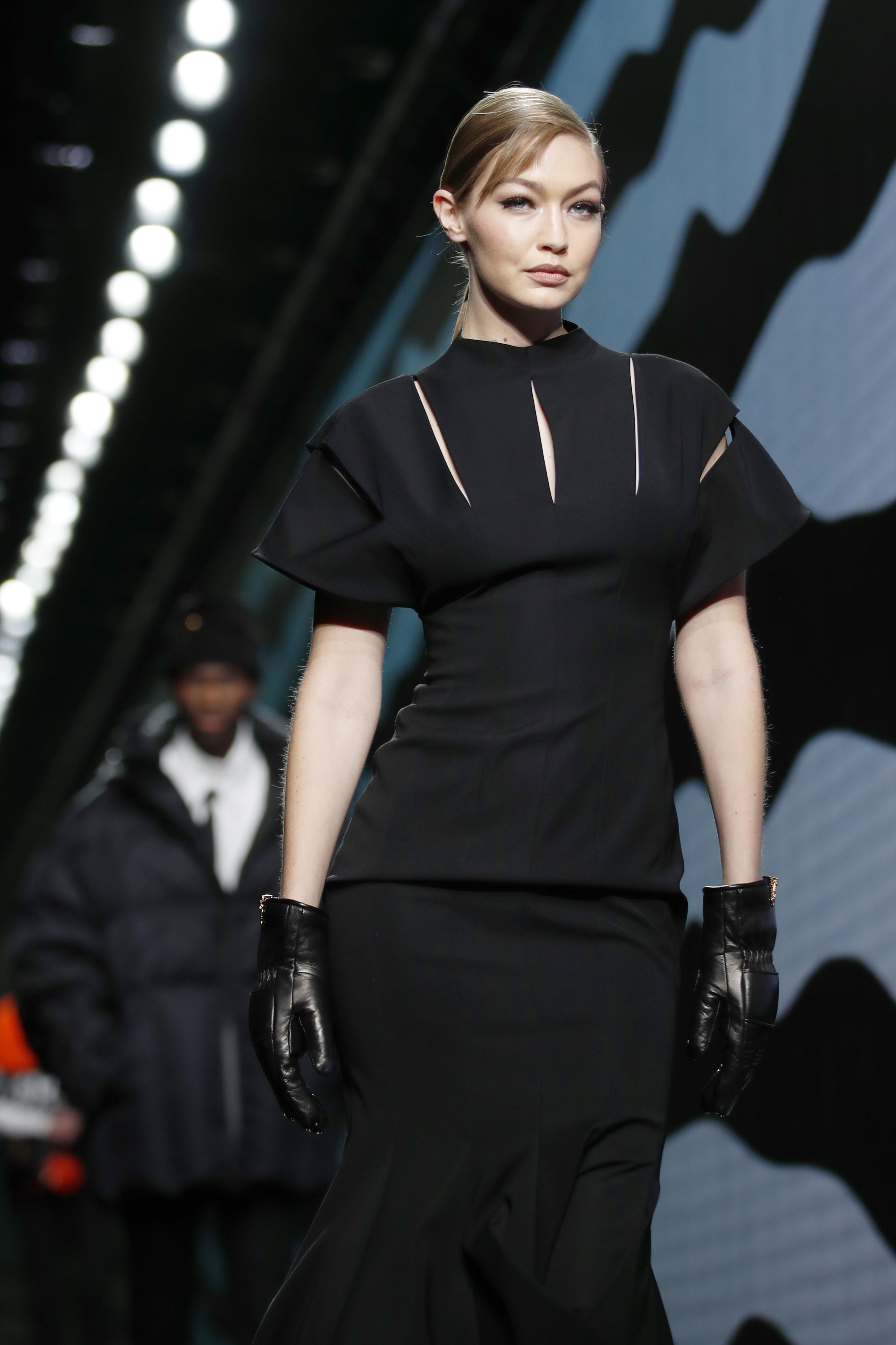 Gigi Hadid cautivó al público con este vestido negro de cóctel. (AP)